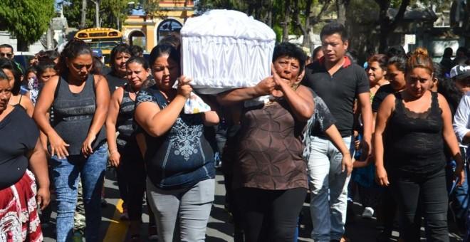 Entierro de Madelin Hernández Hernández, de 15 años, una de las 41 niñas muertas calcinadas en el Hogar Seguro de Guatemala