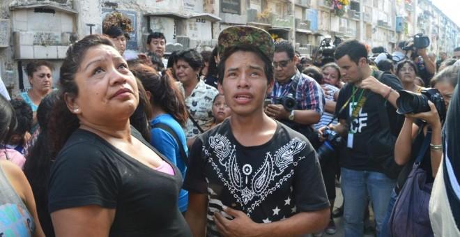 Los parientes de Madelin Hernández Hernández, de 15 años observan la tumba en la que ha sido enterrado el cuerpo de la menor fallecida junto a 40 niñas en el Hogar Seguro de Guatemala