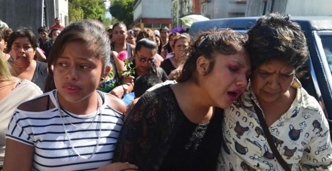 Una familiar llora la muerte de una de las niñas muertas calcinadas en el Hogar Seguro de Guatemala donde fallecieron 41 menores