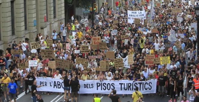 Centenares de vecinos protestan por los pisos turísticos del barrio de la Barceloneta, en Barcelona.-EFE