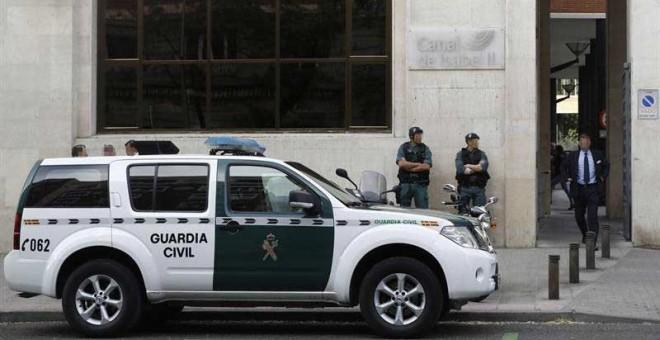 Agentes de la Guardia Civil ante la sede de Canal de Isabel II. | EMILIO NARANJO (EFE)