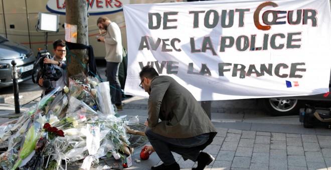 Homenaje a la víctima mortal del atentado del pasado jueves. - REUTERS