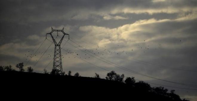 Torre eléctrica de alta tensión cerca de la localidad sevillana de Santiponce. AFP/Cristina Quicler