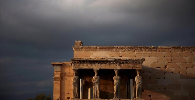Una vista de las cariátides, las figuras femeninas esculpidas que sostienen el pórtico del templo antiguo de Erectheion, sobre la colina de la acrópolis en Atenas, Grecia, 23 de octubre de 2016. REUTERS / Alkis Konstantinidis