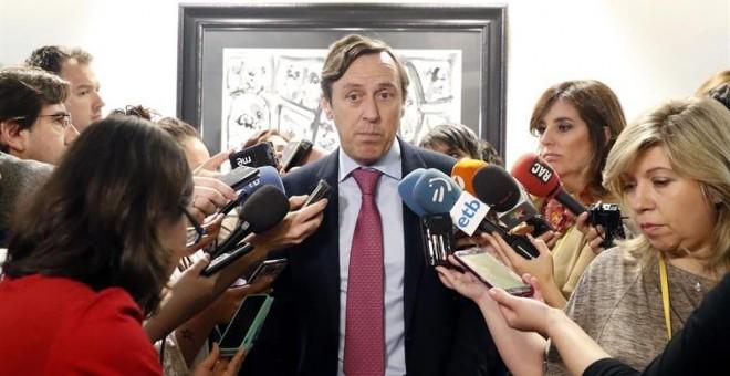 El portavoz del PP en el Congreso, Rafael Hernando, ayer, haciendo declaraciones a los medios. EFE/Javier Lizón