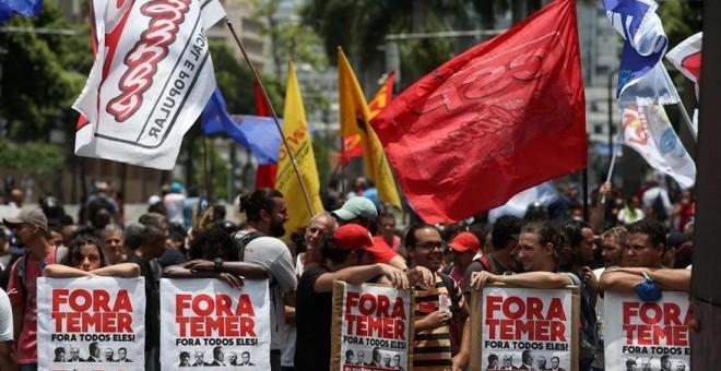 Un grupo de personas participa en una manifestación en contra de políticas económicas de Michel Temer. EFE