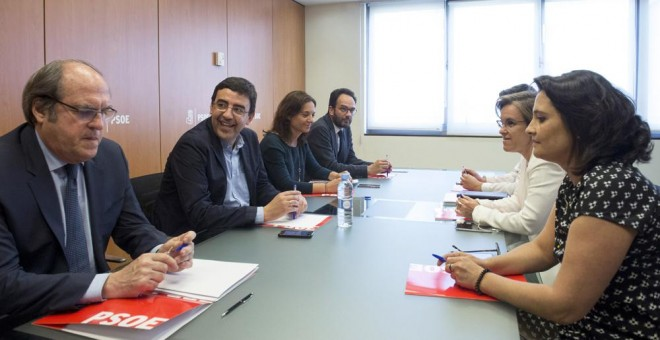 El responsable de Organización y portavoz de la gestora del PSOE, Mario Jiménez (2i), y la coordinadora Laura Seara (d), durante la reunión de trabajo que han mantenido con la secretaria general de los socialistas madrileños, Sara Hernández (3i); el porta