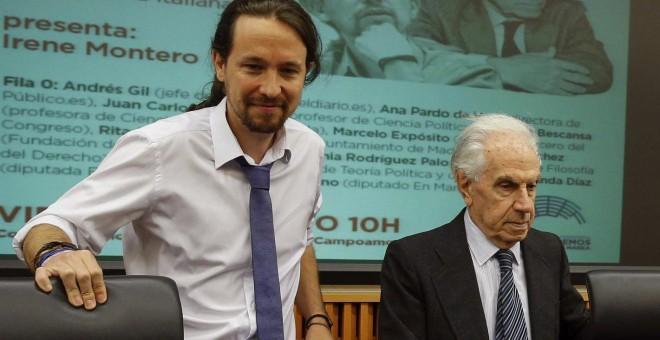El secretario general de Podemos, Pablo Iglesias, junto al filósofo y senador del Partido Democrático italiano Mario Tronti, momentos antes del coloquio 'De Tangentopoli a la Trama', en el Congreso de los Diputados. EFE/Paco Campos