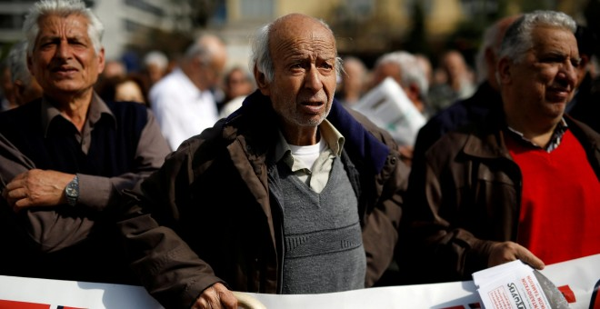 Pensionistas griegos manifestandose contra el plan de pensiones en Atenas. / REUTERS