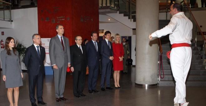Felipe VI durante el aurresku de Honor, a su llegada al Palacio Euskalduna el 26 de Octubre de 2015./ Casa Real
