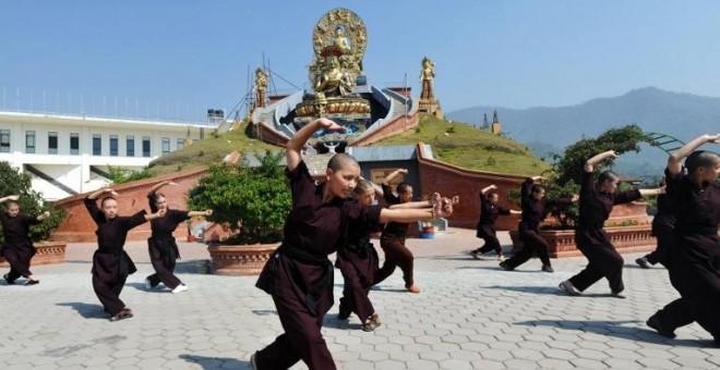Monjas budistas practicando Kung-fu en el convento de Amitabha Drukpa en las afueras de Katmandú, Nepal. - AFP