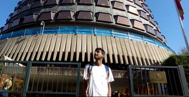 Zeshan Muhammad, frente al Tribunal Constitucional, que desestimó su recurso por una redada racista de la Policía.- SOS Racisme