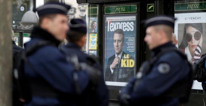 Policías franceses montan guardia junto al Arco del Triunf, en París, durante el primer acto oficial de Macron. - REUTERS