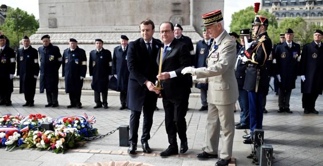 Emmanuel Macron y su antecesor en el cargo, François Hollande, durante el homenaje a las víctimas de la Segunda Guerra Mundial. - REUTERS