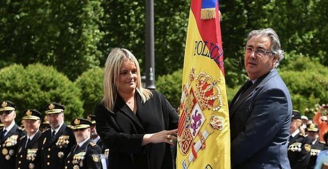 El ministro del Interior, Juan Ignacio Zoido (d), junto a la presidenta de la Fundación Víctimas del Terrorismo, María del Mar Blanco (i), ayer durante el acto de concesión del uso de la bandera de España a la Jefatura Superior de Policía de Madrid, hoy