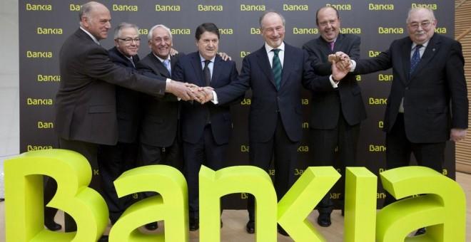 Rodrigo Rato y José Luis Olivas con los responsables de las otras cajas de ahorros que formaron Bankia, en la salida a bolsa de la entidad. EFE