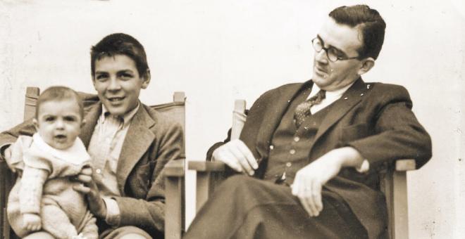 Juan Martín Guevara sobre su hermano, Ernesto 'Che' Guevara, junto a su padre./ Archivo de la familia