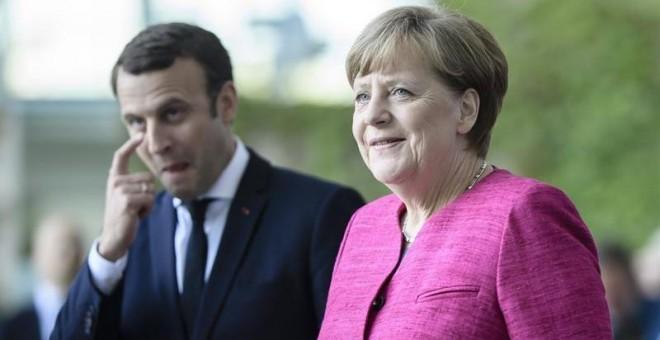 Emmanuel Macron y Angela Merkel, en Berlín. / CLEMENS BILAN (EFE)