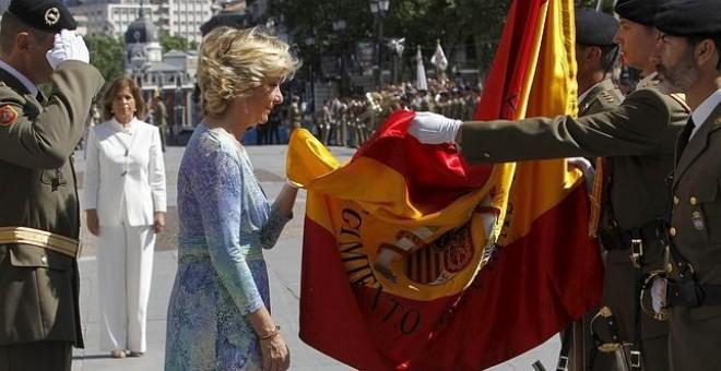Esperanza Aguirre, con la bandera de España. EFE