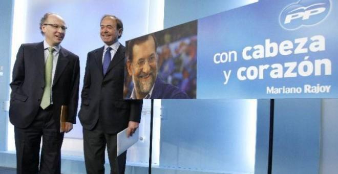Los entonces director de campaña del PP, Pío García-Escudero, y secretario ejecutivo de Comunicación, Gabriel Elorriaga, presentan en la sede del PP el lema del partido para las elecciones del 9 de marzo de 2008. EFE