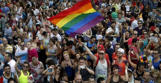 Cientos de personas durante la celebración del orgullo gay en Madrid.- REUTERS/Archivo