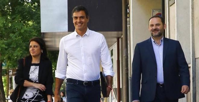 Pedro Sánchez (c), reelegido en primarias como secretario general del PSOE, acompañado por los diputados Adriana Lastra y José Luis Ábalos, a su llegada esta mañana a la sede del partido. |  J.P. GANDUL