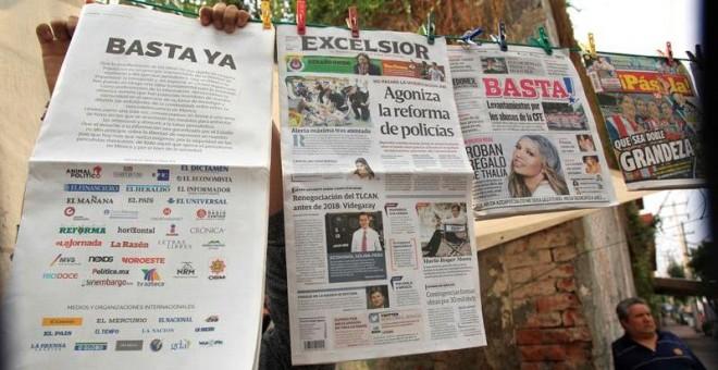 Un vendedor de publicaciones exhibe los periódicos de la mañana de hoy, miércoles 24 de mayo de 2017, en Ciudad de México, donde medios de comunicación nacionales e internacionales se pronunciaron en torno a las agresiones de periodistas en México. EFE/Ma
