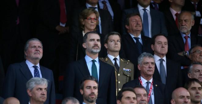 El rey, Felipe VI, junto al ministro de Educación, Cultura y Deporte, Íñigo Méndez de Vigo, escuchan el himno de España y la sonora pitada durante la final de la Copa del Rey en el estadio Vicente Calderón de Madrid.- REUTERS