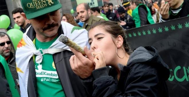 Jóvenes marchan en la protesta por la legalización de la marihuana de este pasado fin de semana en Madrid.- EFE