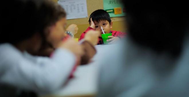 Un niño de una familia con problemas económicos en el centro Marti-Codolar en Barcelona, donde pasa las tardes. AFP