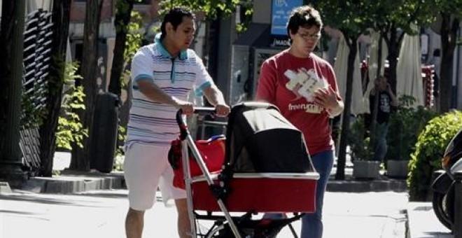 El apellido del padre deja definitivamente de tener preferencia en España desde el próximo 30 de junio. EUROPA PRESS/Archivo