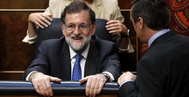El presidente del Gobierno, Mariano Rajoy, el portavoz del Grupo Parlamentario Popular, Rafael Hernando, y la vicepresidenta  Soraya Saénz de Santamaría, durante la última jornada de debate y votación en el Congreso de los Presupuestos Generales del Estad