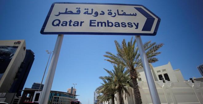 Una señal indica el camino a la embajada de Catar emn Bahrein REUTERS/Hamad I Mohammed