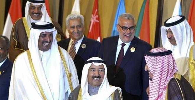 Fotografía de archivo fechada el 25 de marzo de 2014 que muestra al emir de Catar, Tamim bin Hamad Al-Thani (c), junto al emir de Kuwait Sabah IV Al-Ahmad Al-Jaber Al-Sabah (i) y al entonces príncipe saudí Salmán bin Abdulaziz (d), durante una cumbre árab