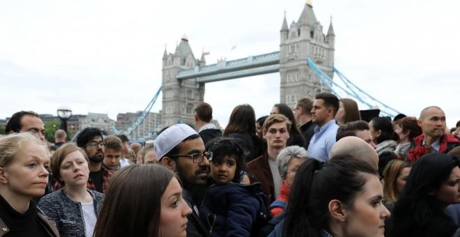 Vigilia en honor de las víctimas del atentado en el Puente de Londres y el Borough Market, en la capital británica, en el Potters Field Park, este lunes. REUTERS/Marko Djurica