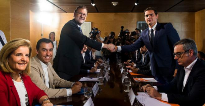 Rajoy y Rivera sellan con un apretón de manos su pacto de investidura. Archivo EFE