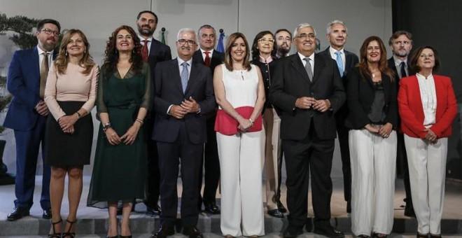 La presidenta de la Junta de Andalucía , Susana Díaz (c), posa con su Gobierno al completo en el acto de toma de posesión de los nuevos consejeros tras la remodelación que ha hecho para afrontar la nueva etapa en su legislatura, hoy en el palacio de San T