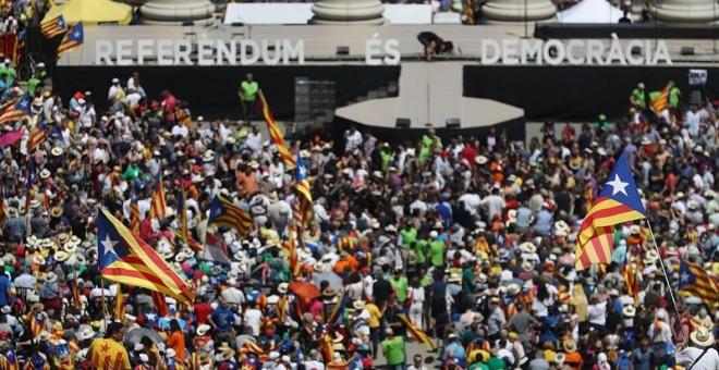 Partidarios de la independencia de se dan cita en Montjuïc dos días después del anuncio de la fecha y la pregunta del referéndum, en un acto con el lema 'Referéndum es democracia' convocado por la ANC, Ómnium Cultural y la AMI. EFE/Marta Pérez