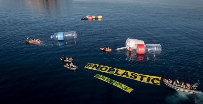 Acción de Greenpeace contra la contaminación por plásticos en el Mediterráneo. GREENPEACE