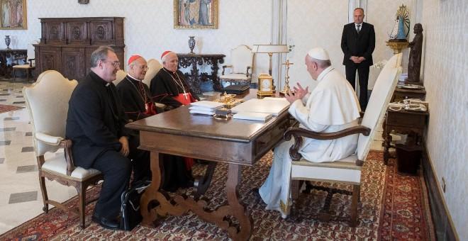 La cúpula de la Conferencia Episcopal (el presidente, Ricardo Blázquez,el vicepresidente, Antonio Cañizares, y el secretario general, José María Gil Tamayo) en un encuentro con el Papa Francisco, en su despacho en el Vaticano.