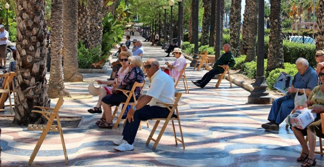 Pensionistas en la Explanada de Alicante. AFP