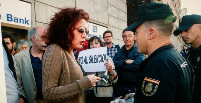 Cristina Fallarás hablando con un agente de Policía.