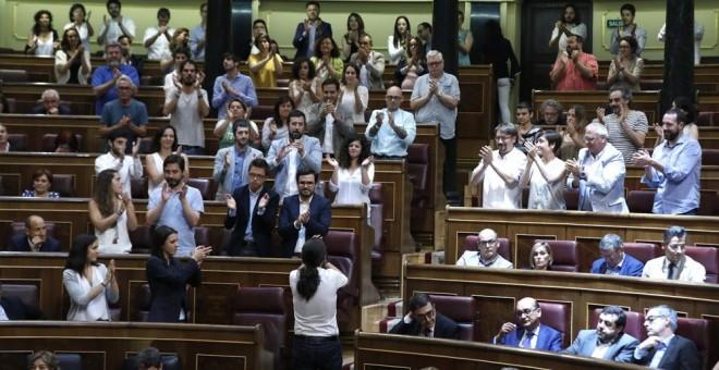 El líder de Podemos, Pablo Iglesias, es apludido por los diputados de su grupo parlamentario, tras la votación en el pleno del Congreso que ha rechazado por 82 votos a favor, 170 en contra y 97 abstenciones la moción de censura que habían presentado contr