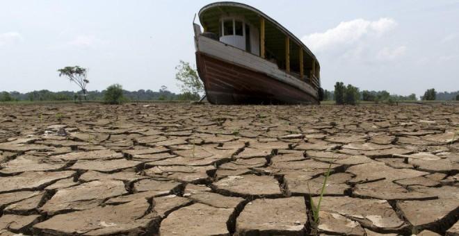 La sequía ha dejado así el río Amazonas a su paso por Manaus