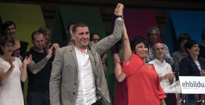 Arnaldo Otegi, coordinador general, y Maddalen Iriarte, portavoz en el Parlamento Vasco, durante el congreso de refundación de EH Bildu, que se ha dotado hoy de una nueva organización interna, con una Mesa Política que dirigirá la formación y veinte secr