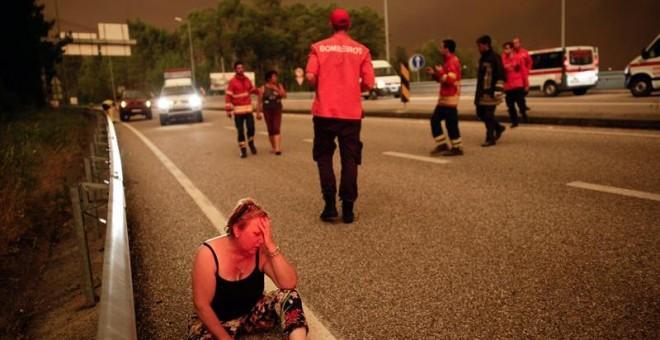 Una mujer llora desconsolada en una carretera en Pedrogao Grande, asolado por un gran incendio. /EFE