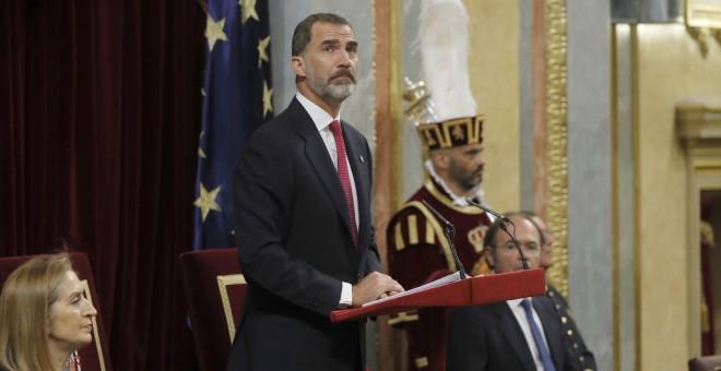 El rey Felipe VI, durante el discurso que pronunció en el Congreso de los Diputados donde los monarcas han presidido la sesión solemne de la conmemoración del 40 aniversario de las elecciones de 1977. EFE/Juan Carlos Hidalgo