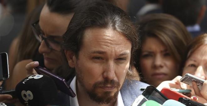 El líder de Podemos, Pablo Iglesias, hace declaraciones a los medios a su salida del Congreso de los Diputados. /EFE