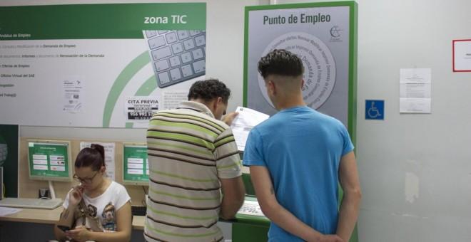 Jóvenes en una oficina de paro de Andalucía / Comisiones Obreras