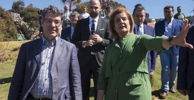 Los ministros de Energía, Turismo y Agenda Digital, Álvaro Nadal (i) y Empleo y Seguridad Social, Fátima Báñez (d), durante la visita al Parador de Mazagón (Huelva). | JULIÁN PÉREZ (EFE)